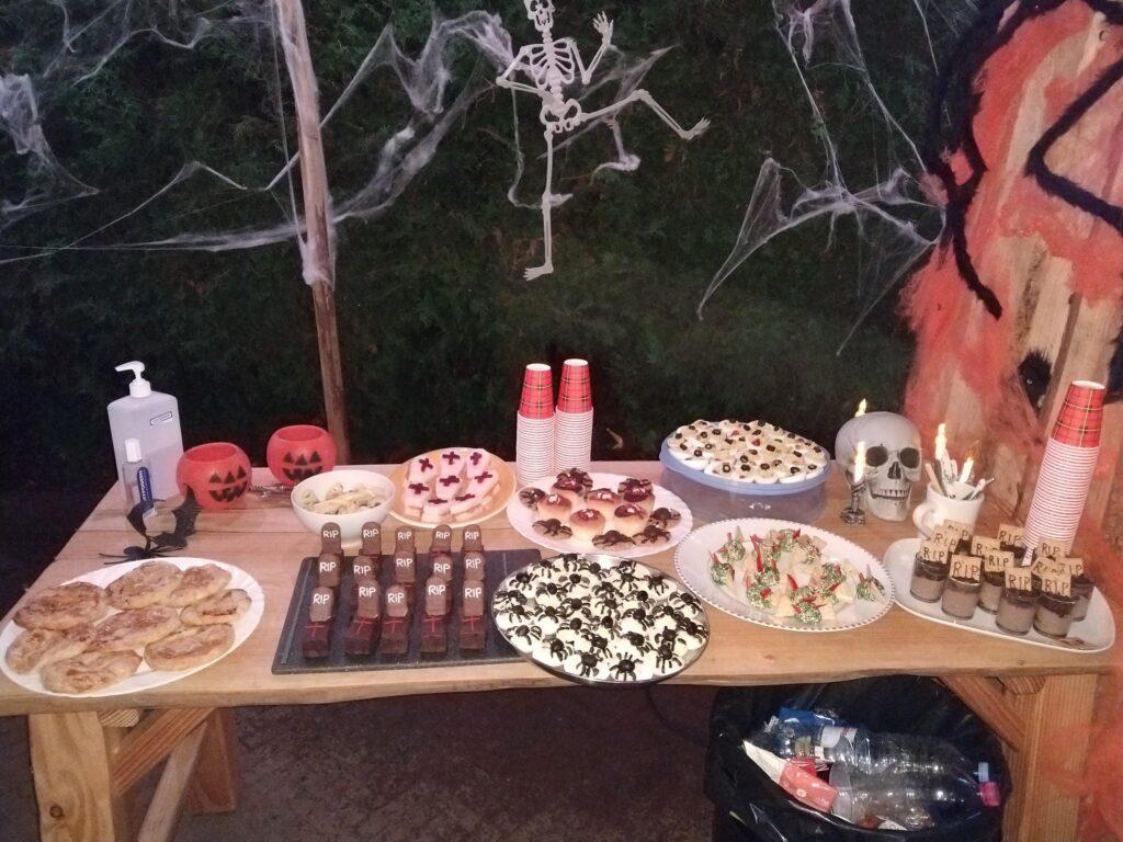 Halloween bij The Mill Ranch: na de rit genieten de ruiters van het Halloween buffet