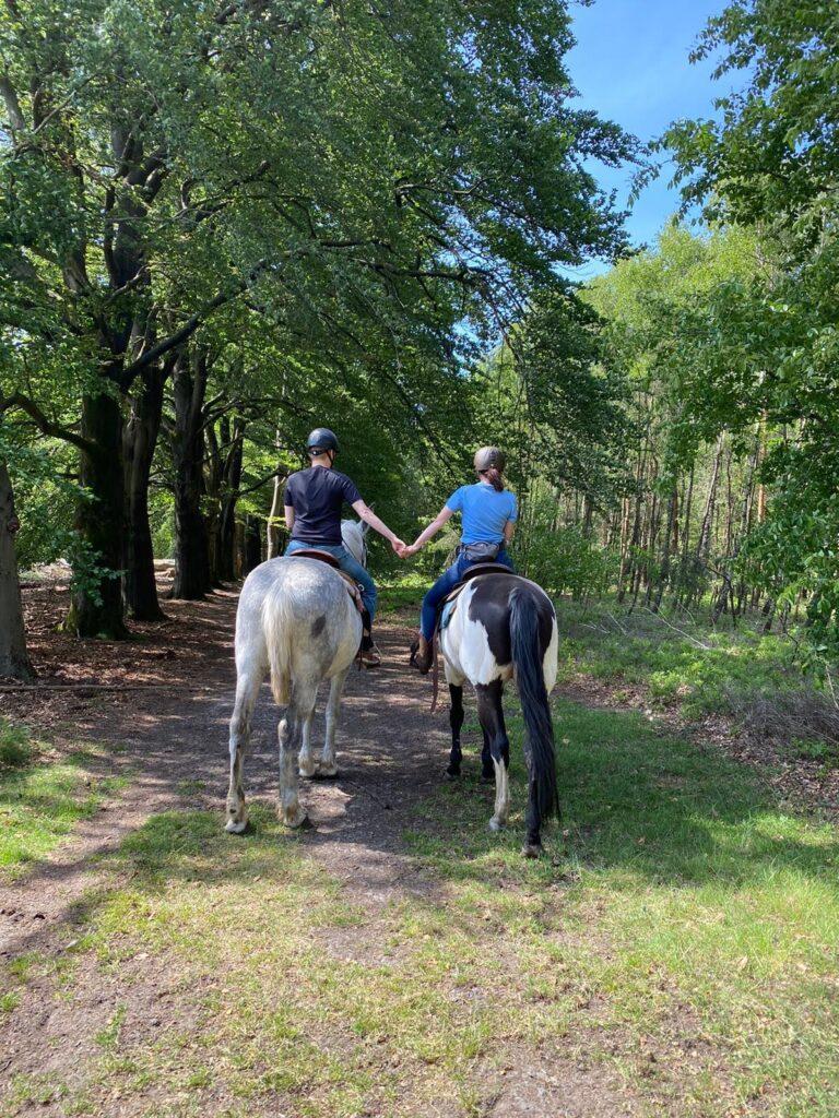 Paardrijden voor stellen. Deze amazone heeft haar vriend meegenomen voor een buitenrit voor beginners bij The Mill Ranch